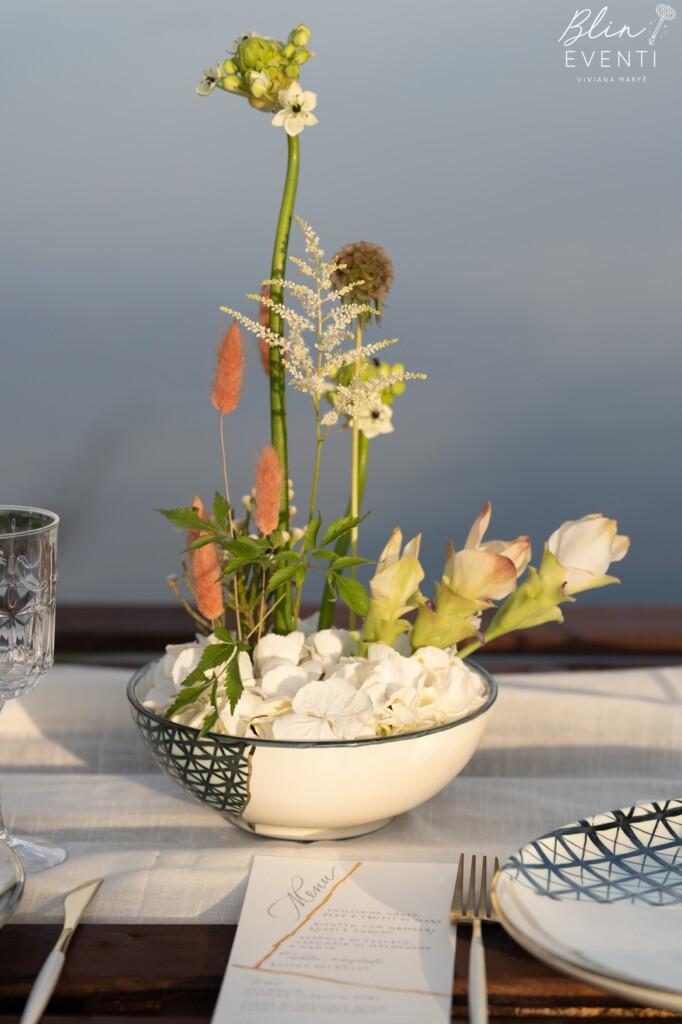 centrotavola kintsugi, curcuma, ornitogallo, scabiosa, astilbe, ikebana